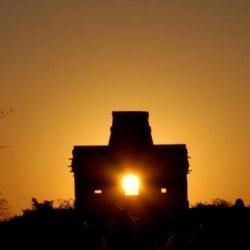 Východ Slunce pyramidou v Chicen - Itza